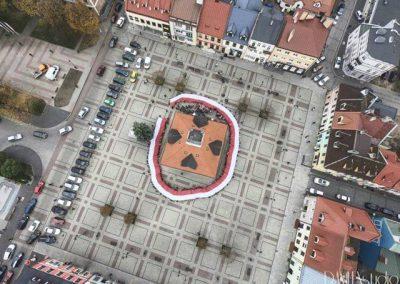 Przemarsz uczniów Szkoły Podstawowej nr 1 na Plac Kościuszki w Łęczycy