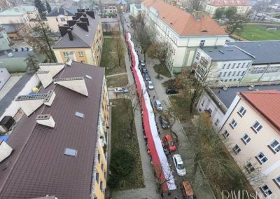 Przemarsz uczniów Szkoły Podstawowej nr 1 w Łęczycy ze stumetrową flagą