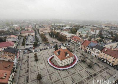 Przemarsz uczniów Szkoły Podstawowej nr 1 w Łęczycy_stumetrowa flaga Polski